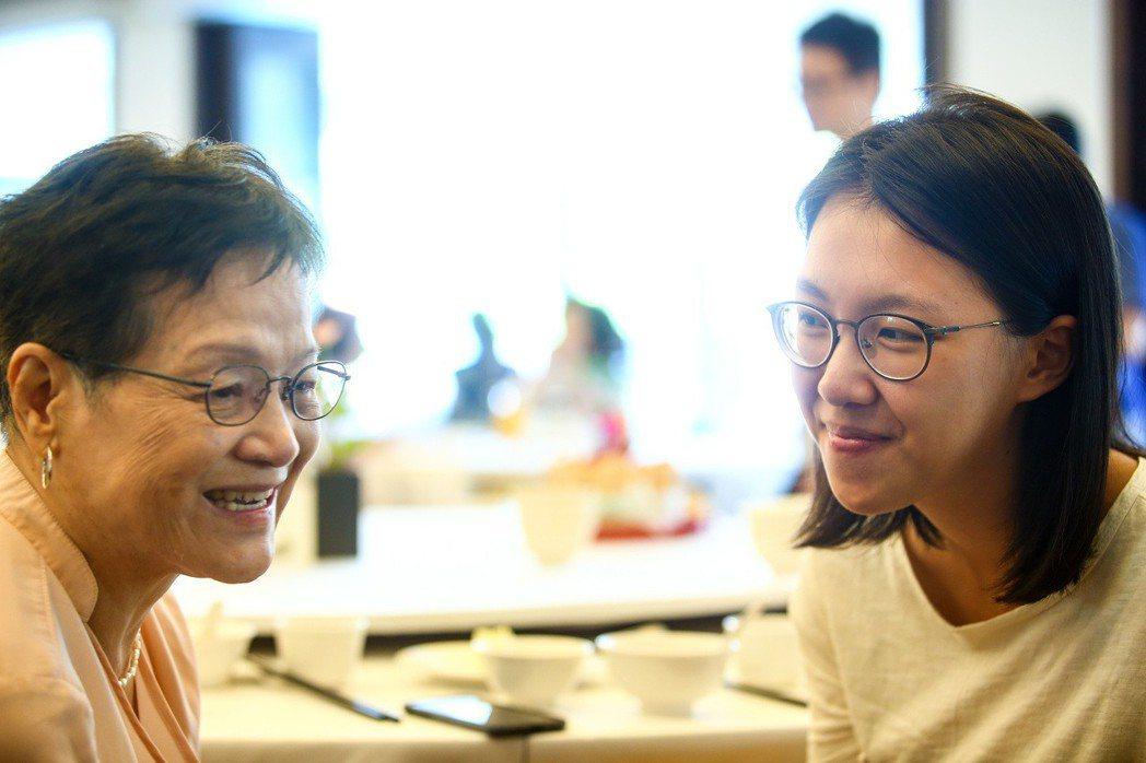 台北市陽明老人公寓7、8月慶生會,學生林育甄(右)看到朋友跟爺爺奶奶互動覺得很溫...