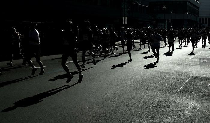 在當代,參加馬拉松運動的人們傳承了「堅持就是勝利」的精神