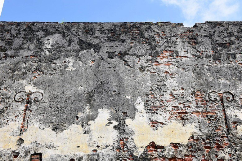 荷蘭時期熱蘭遮城遺構依舊存在,位於安平古堡內,若任意標榜重建是否會混淆視聽。 圖...