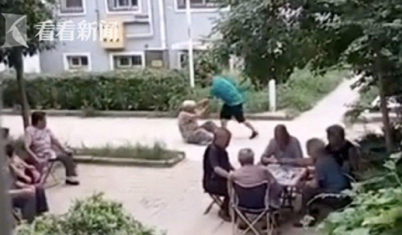 男子當街毆打8旬養母,鄰居見狀竟沒人上前阻止。 圖/翻攝自「看看新聞」