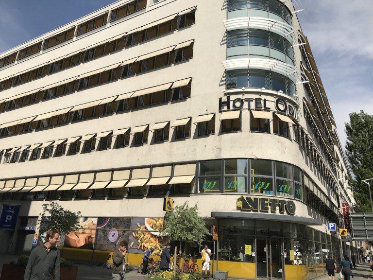 以位置來看,酒店位於車站走路5分鐘的位置,酒店底下有Netto超市,價格算是合理...