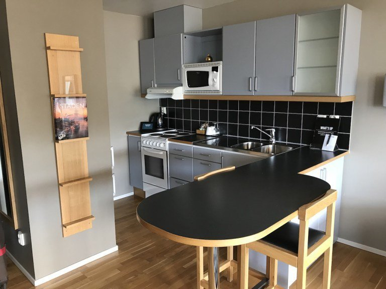 小廚房還有小餐桌,就是個IKEA樣品屋的感覺。廚房本身有微波爐、烤箱等等 圖文來...