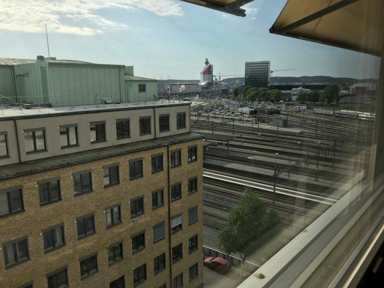 外面面對的是車站鐵軌,就能看出有多近 圖文來自於:TripPlus