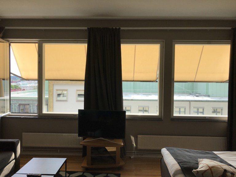 整個房間採光是很棒的。不過仔細看應該有發現窗戶是打開的。沒錯!我們是入住後才發現...