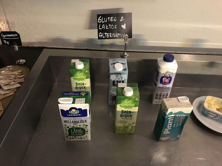 最特別還是旁邊牛奶跟豆奶區。不管你是有乳糖不適還是不能有麩類,都有專屬於你的奶製...