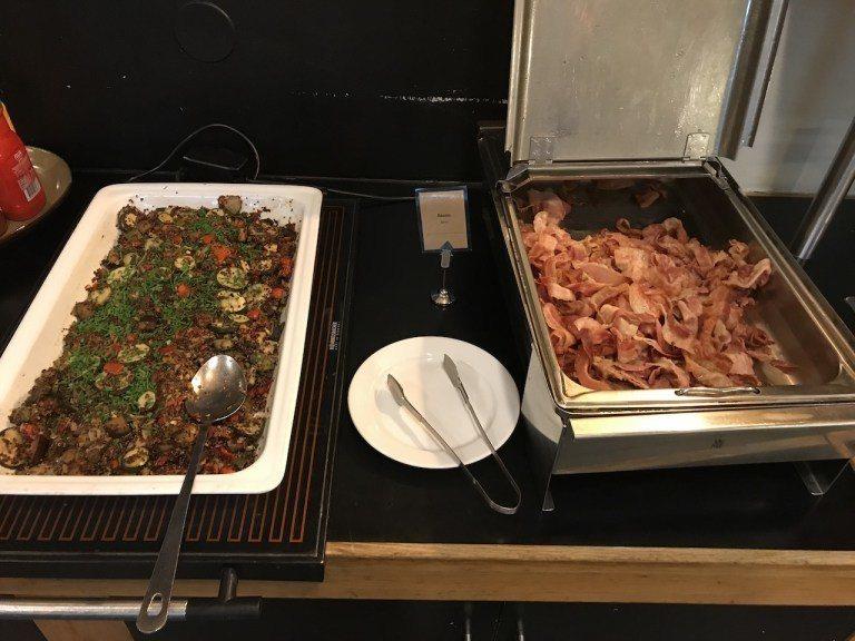 培根跟燉青菜,必須說青菜烹煮的表現,都比起肉類要好得多 圖文來自於:TripPl...