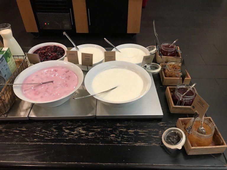 優格區,非常濃醇,很有自製的感覺。果醬區的也都是有果粒。最推薦是後面那盆莓果,純...