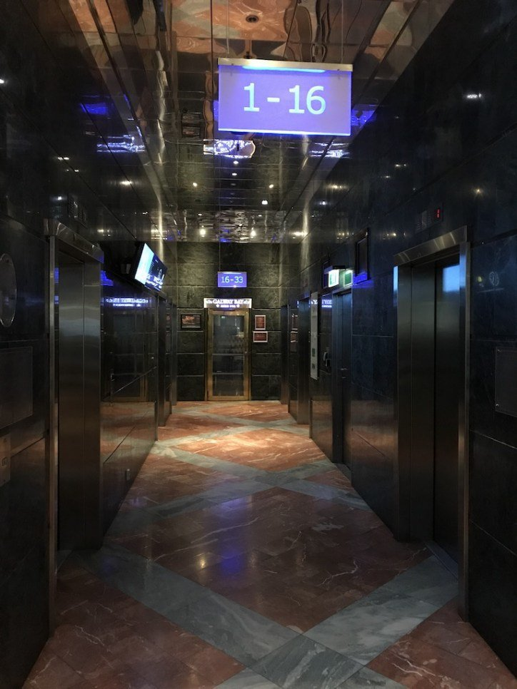 入住時櫃檯很貼心的幫我們升等到了高樓層<酒店把電梯分為高樓層跟低樓層,對客人搭電...