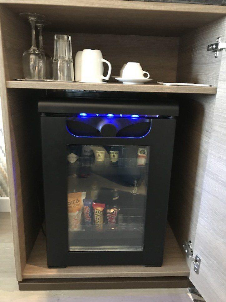 感應式小冰箱,所以完全冰不了自己的飲料 XDD 圖文來自於:TripPlus