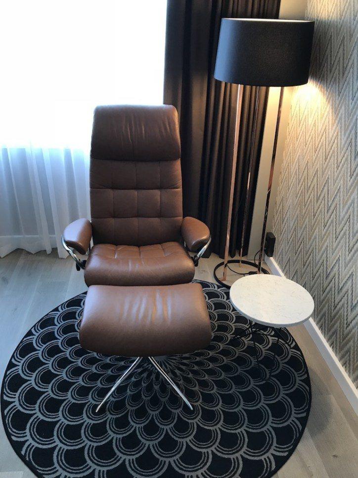 個人沙發椅躺起來超舒服,孔雀紋地毯也很間單的分出了休憩區,這樣的設計對我來說,真...