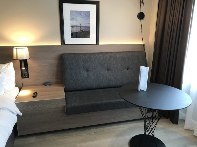 最特別是這個沙發區,跟床頭櫃連一起的設計,讓本來不寬的沙發,視覺上卻大很多 圖文...
