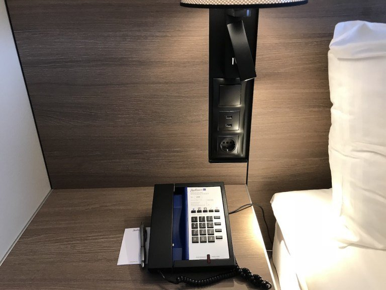 床頭的閱讀燈與USB插座一應俱全,可以看得出來是因應新時代需求的新改裝 圖文來自...