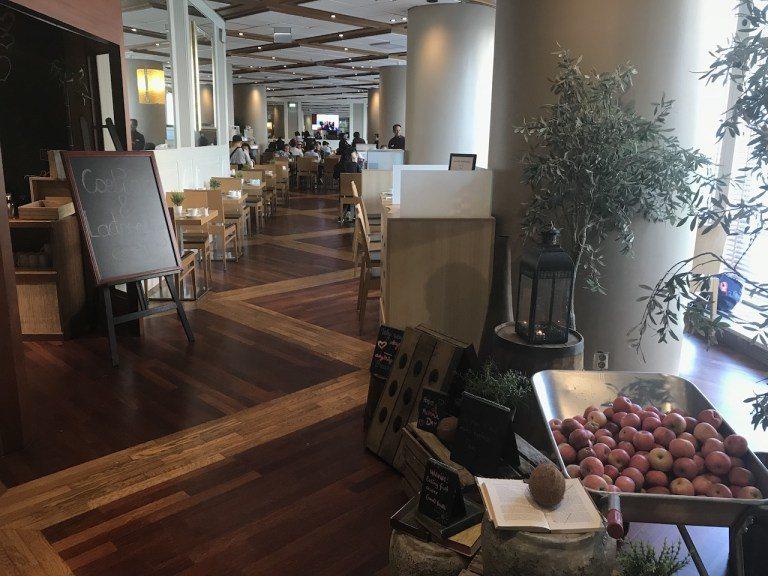 餐廳位在2樓,入口擺設非常自然風。一大早其實有些旅行團在用餐,而且還是日本跟中國...