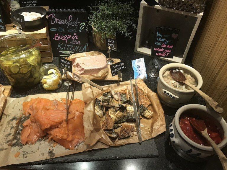 肝醬跟醃製魚品,不只有燻鮭魚還有燻鯖魚。旁邊兩個小罐則是醃製鯖魚 圖文來自於:T...