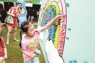 小女孩在廣場上玩遊戲。