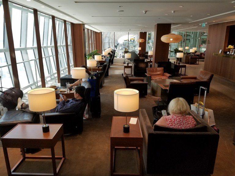 貴賓室內部座位一覽,國泰航空的外站貴賓室的風格都很相近 圖文來自於:TripPl...