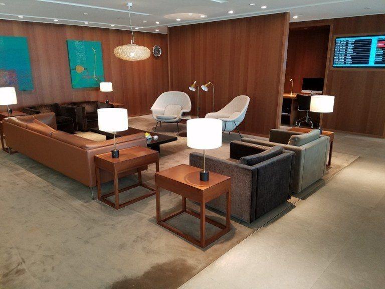 國泰航空外站貴賓室一貫有的木頭色內裝 圖文來自於:TripPlus