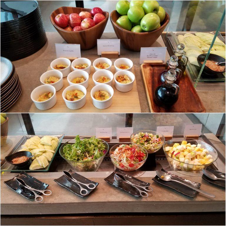 除了有水果/點心(上圖)之外,也有生菜沙拉可以挑選(下圖) 圖文來自於:Trip...