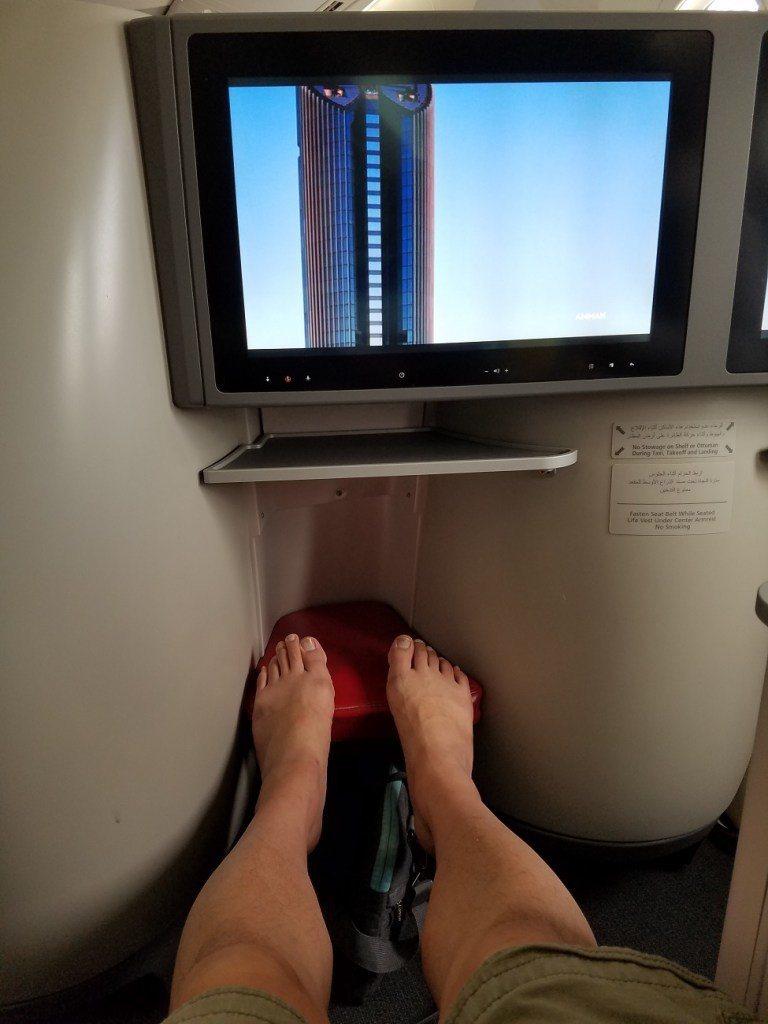 用我的腿來當腳部空間的比例尺 圖文來自於:TripPlus