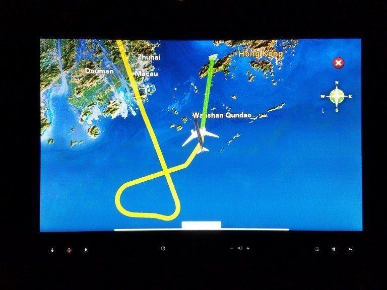 班機先繞了一圈後,才要逐漸降落在香港機場 圖文來自於:TripPlus
