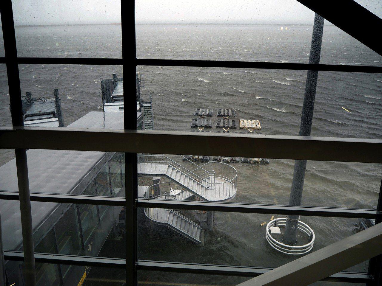 關西機場跑道昨遭海水淹沒的狀況。美聯社