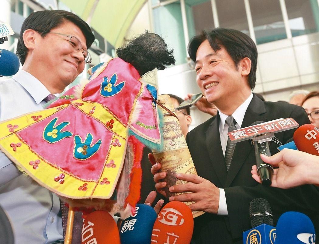 賴清德北上接掌閣揆的前一天,台南市議員謝龍介特別攜著布袋戲偶「秘雕」送行。本報資...