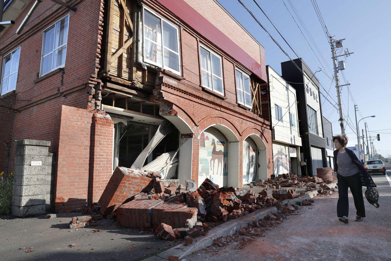安平町一處民房部分倒塌。美聯社
