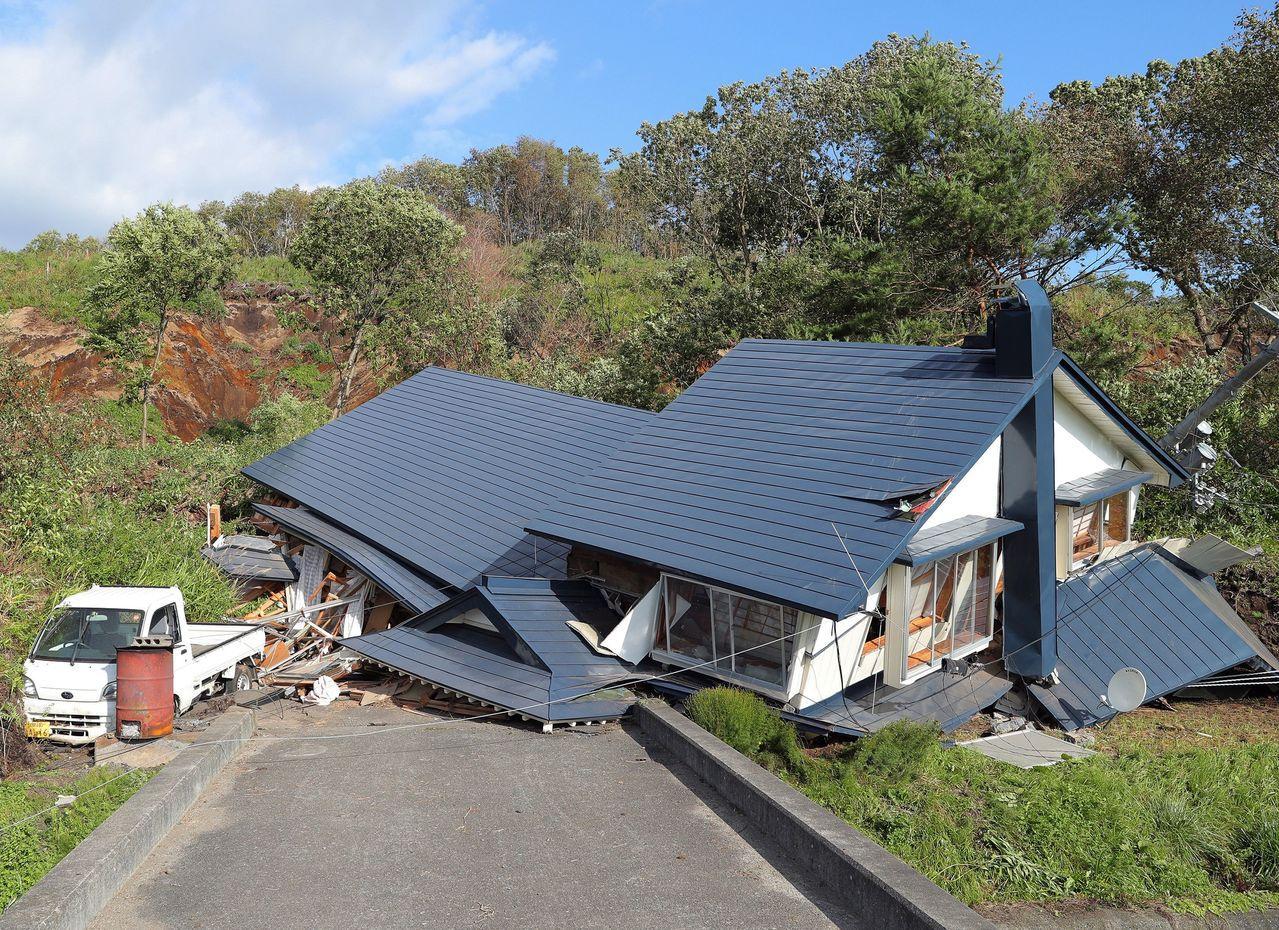 厚真町一處民宅因地震造成土石流倒塌。法新社