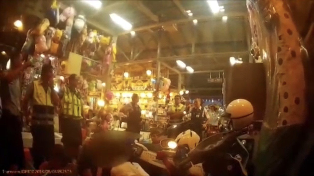 士林警方在士林夜市帶到企圖滋事的青少年。記者蕭雅娟/翻攝