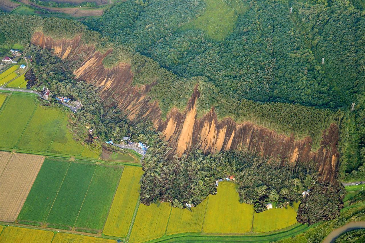 北海道厚真町的吉野地區發生大規模山崩,有十幾戶民宅受災。法新社