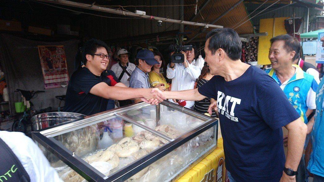 馬英九和嘉義縣水上鄉的攤商握手,爭取支持黨籍候選人。記者卜敏正/攝影