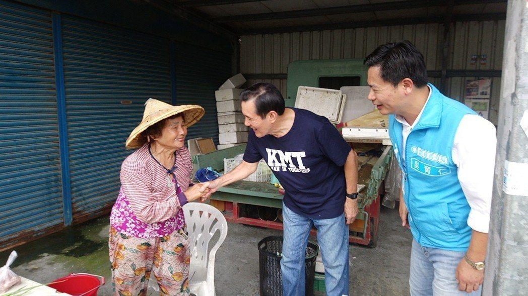 馬英九和嘉義縣水上鄉攤商握手,爭取支持黨籍候選人。記者卜敏正/攝影