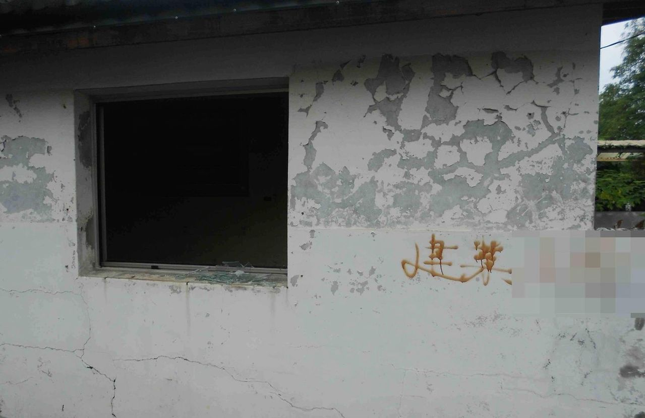 高雄市文化局「以住代護」眷村民宿計畫,剛裝上的眷舍窗戶遭竊。記者林保光/翻攝