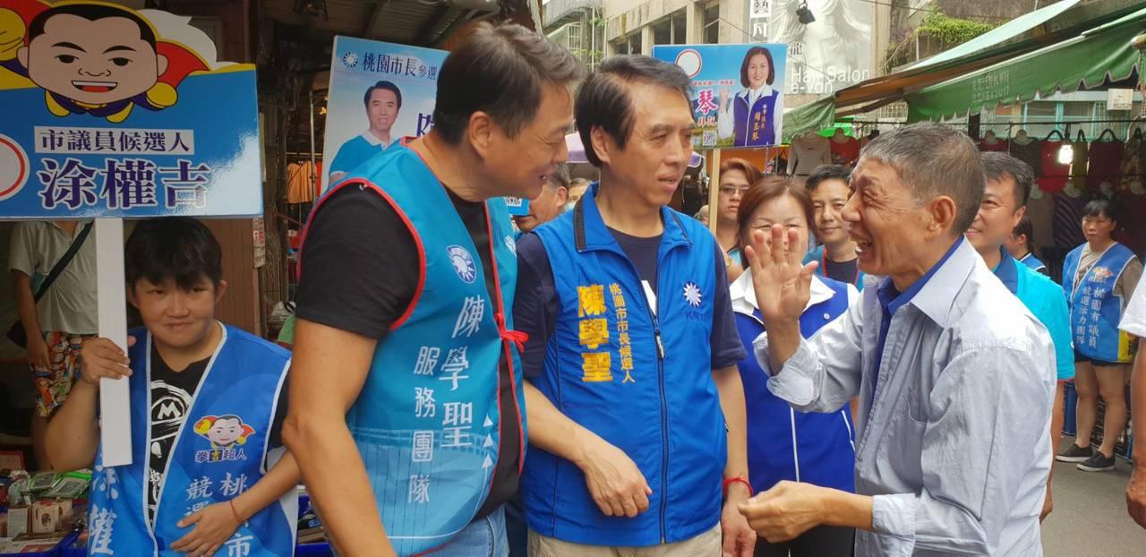 周錫瑋(左起)、陳學聖到楊梅埔心市場拜票也聽基層心聲。圖/陳學聖服務處提供