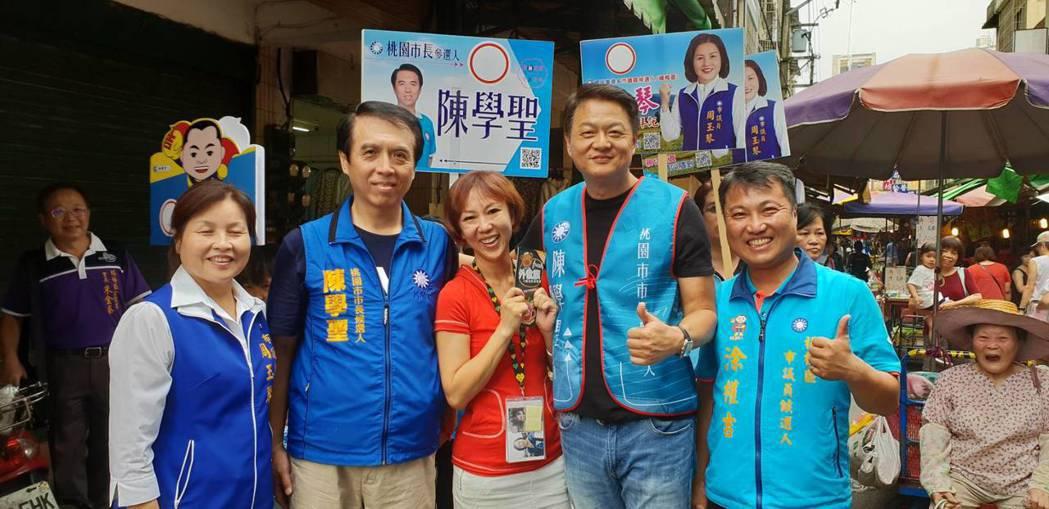 國民黨中央助選團副團長周錫瑋(右2)到楊梅傳統市場為陳學聖(左2)、市議員參選人...