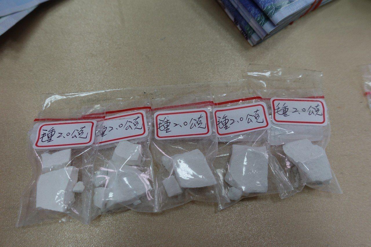 潘姓男子持有的毒品海洛因,每包都是海洛因磚塊,重2公克分裝著,警方懷疑販毒,潘否...