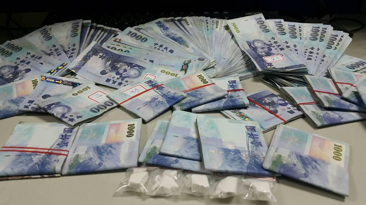 警方現場查扣疑似販毒所得贓款現金42萬9500元。記者劉星君/翻攝