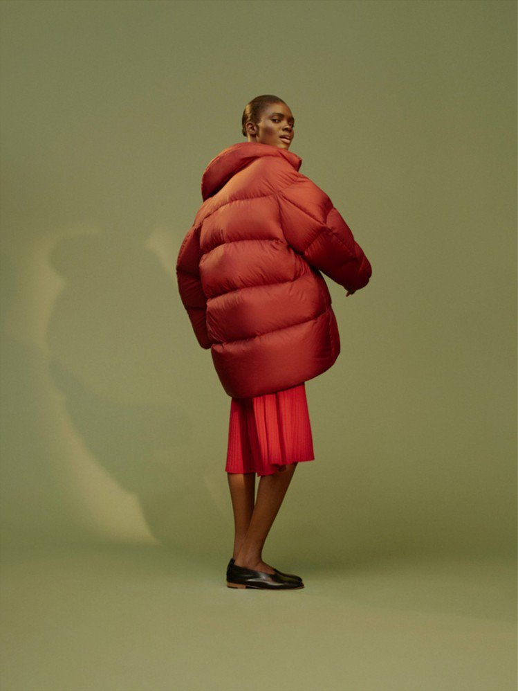 UNIQLO U系列寬版羽絨外套4,990元、3D精紡美麗諾羅紋圓領寬襬洋裝2,...