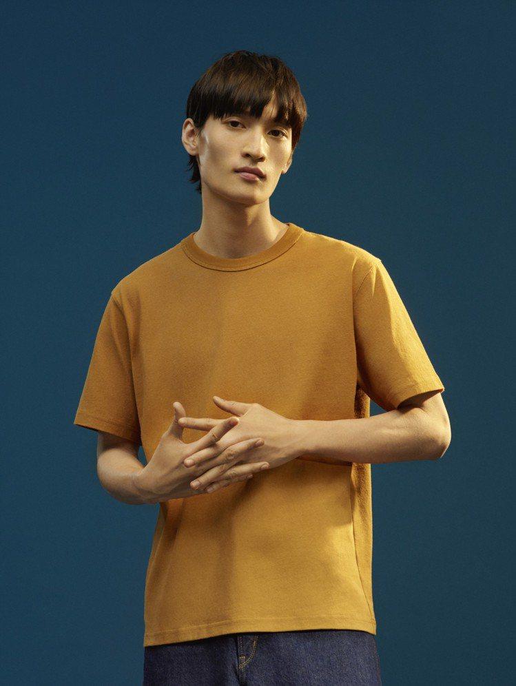 UNIQLO U系列圓領T恤390元、寬版窄管牛仔褲1,490元。圖/UNIQL...
