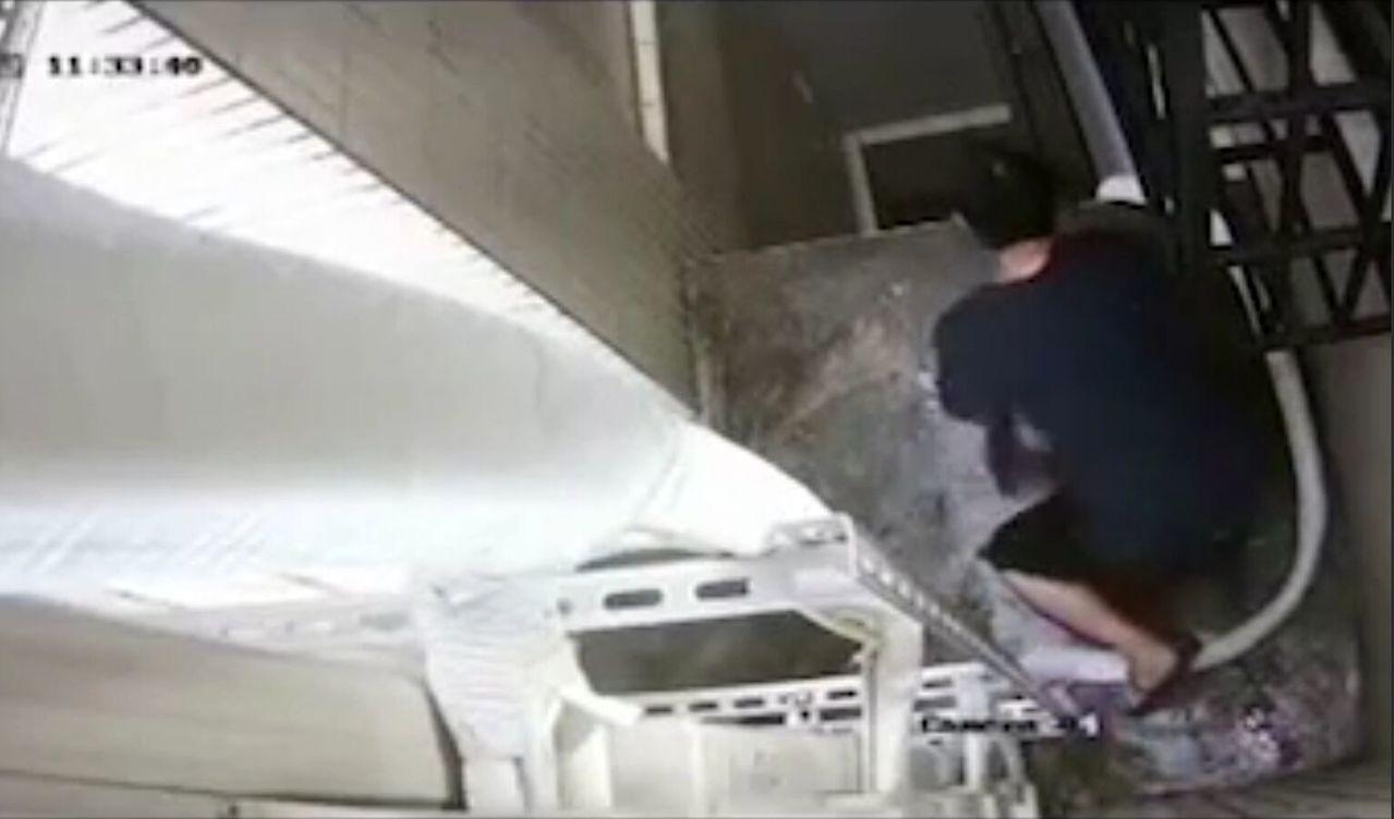 張姓男子攀爬上透天樓房3樓。記者林保光/翻攝