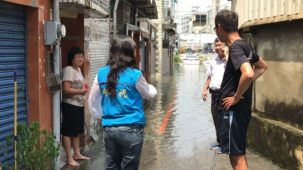今天早上11點多一場大雨,台南永康中華路154巷水淹及膝,民眾傻眼,忙搶救家當。...