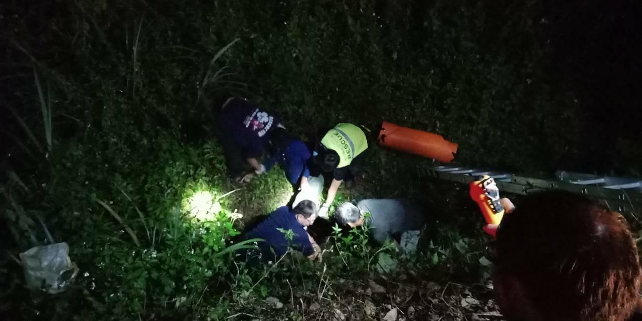 警方發現有工具包置於路邊,覺得有異,趕緊停車下來查看,聽到微弱呼救聲,在路旁約兩...