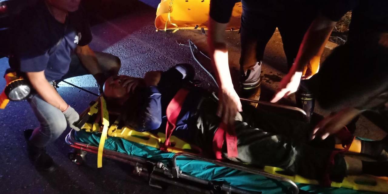 機車騎士陳男,連人帶車摔落,身體遭機車壓住動彈不得,意識清楚。警方旋即撥打119...