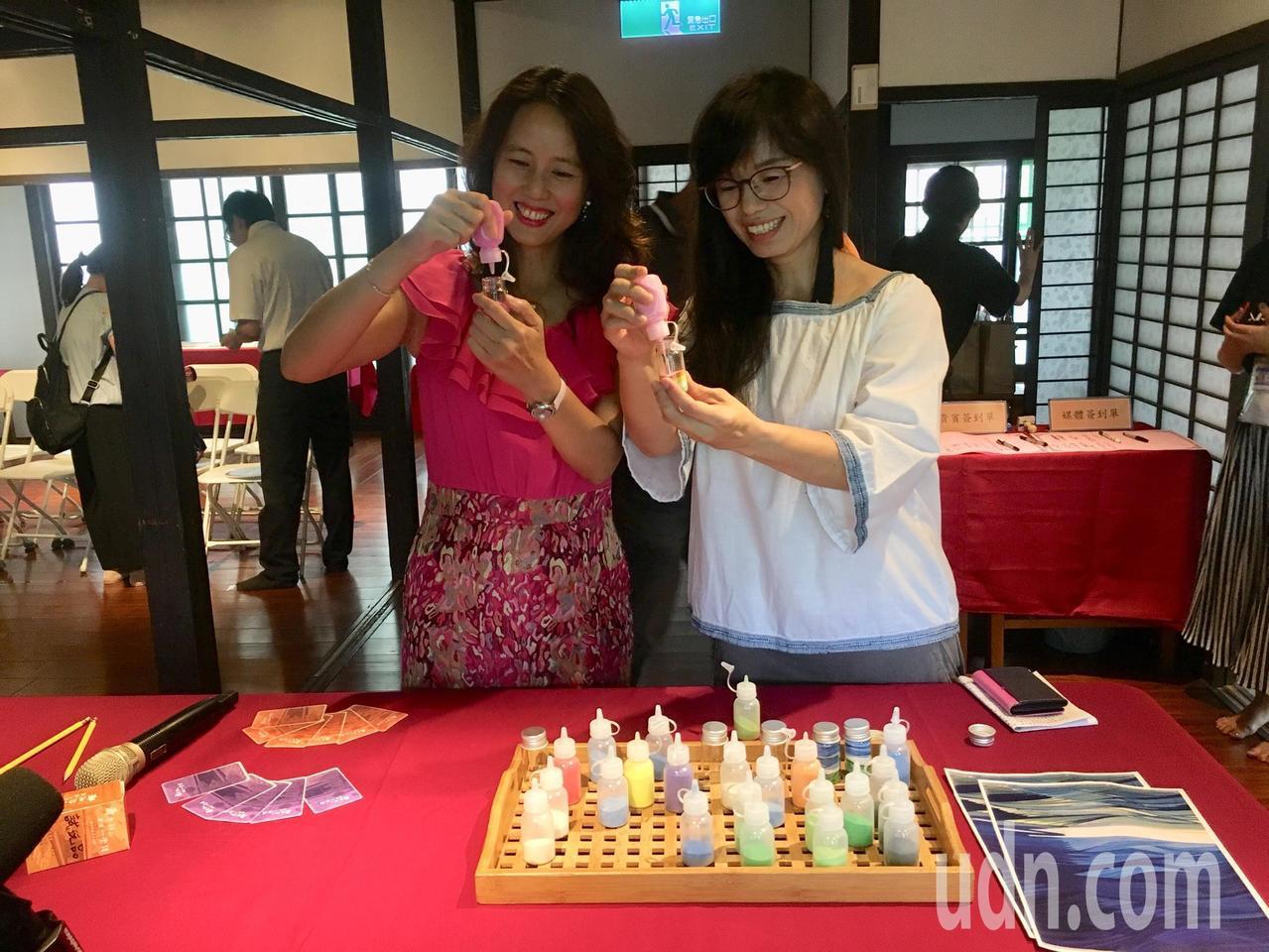 在「蕭如松藝術節」的「好客童年-親子活動」中,安排許多有趣的手作課程,如利用不同...