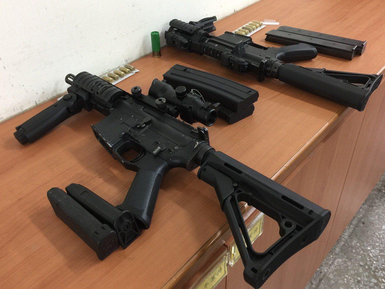 高雄蔡姓男子今年2月間偷完車牌後搶奪3把衝鋒槍模型槍,台南地院判判刑2年4月,易...