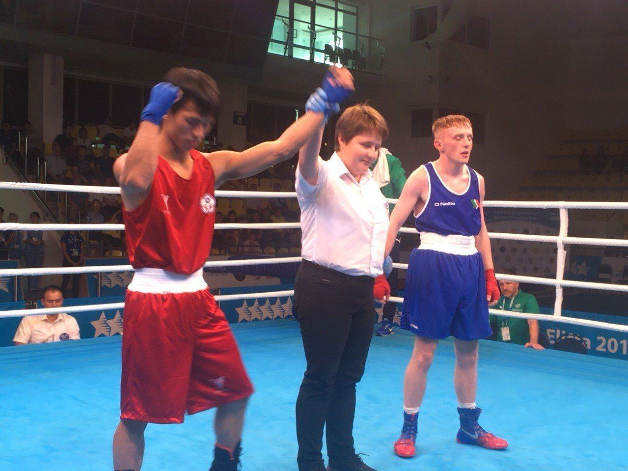 洪傳勛(左)擊敗愛爾蘭選手晉級決賽。圖/中華民國拳擊協會提供