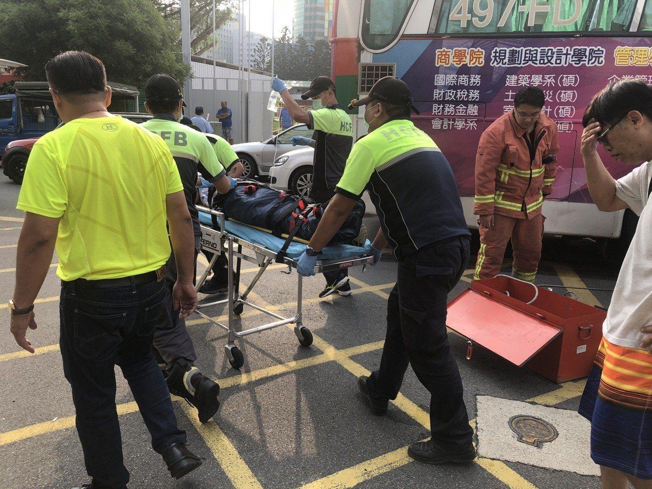 新竹市1名陳姓國一學生,今天上午騎單車上學途中,疑遭公車碰撞後倒地,左腿遭公車後...
