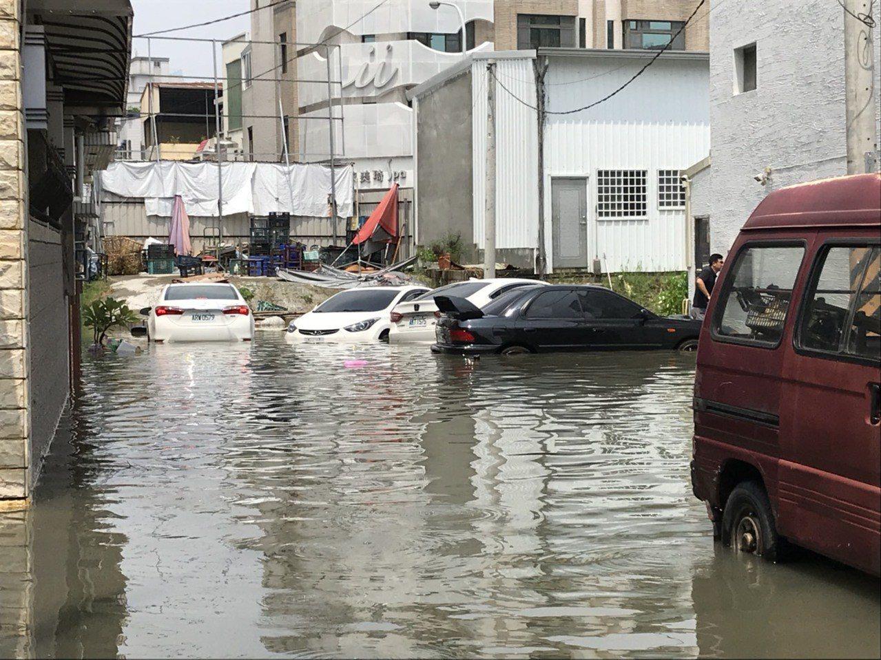 台南永康中華路疑因箱涵阻塞,今早下不到半小時的雨就淹水。記者綦守鈺/攝影