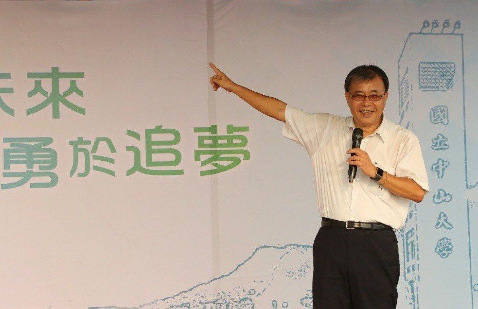 中山大學校長鄭英耀勉勵新生在學校特有的山海景致中,以開闊的心胸勇於創新冒險。記者...