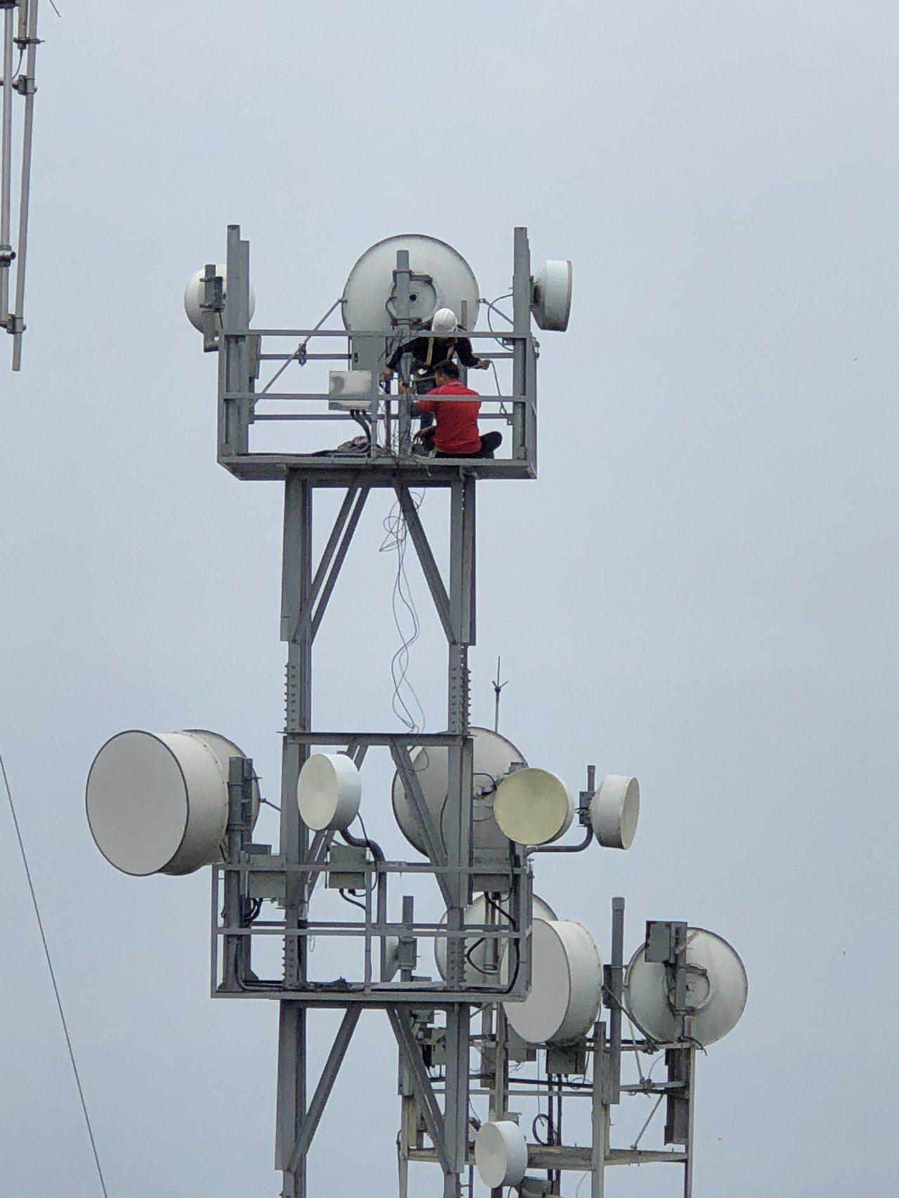 集集大山地勢挺拔是很好的訊號轉播地點,但山區落雷多,轉播設備容易故障,工作人員得...